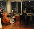 Al pianoforte il maestro Luca Ruggero Jacovella accompagnato dai musicisti Bruno Zoia al contrabbasso e Giulio Caneponi alla batteria.